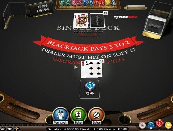 Der Spieler hat zwei kleine Karten auf der Hand