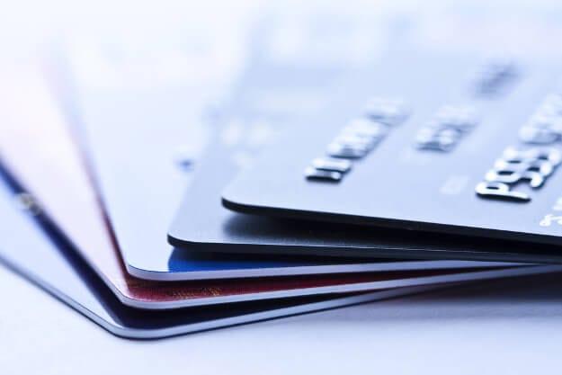 Eine beliebige Auswahl verschiedener Kreditkarten